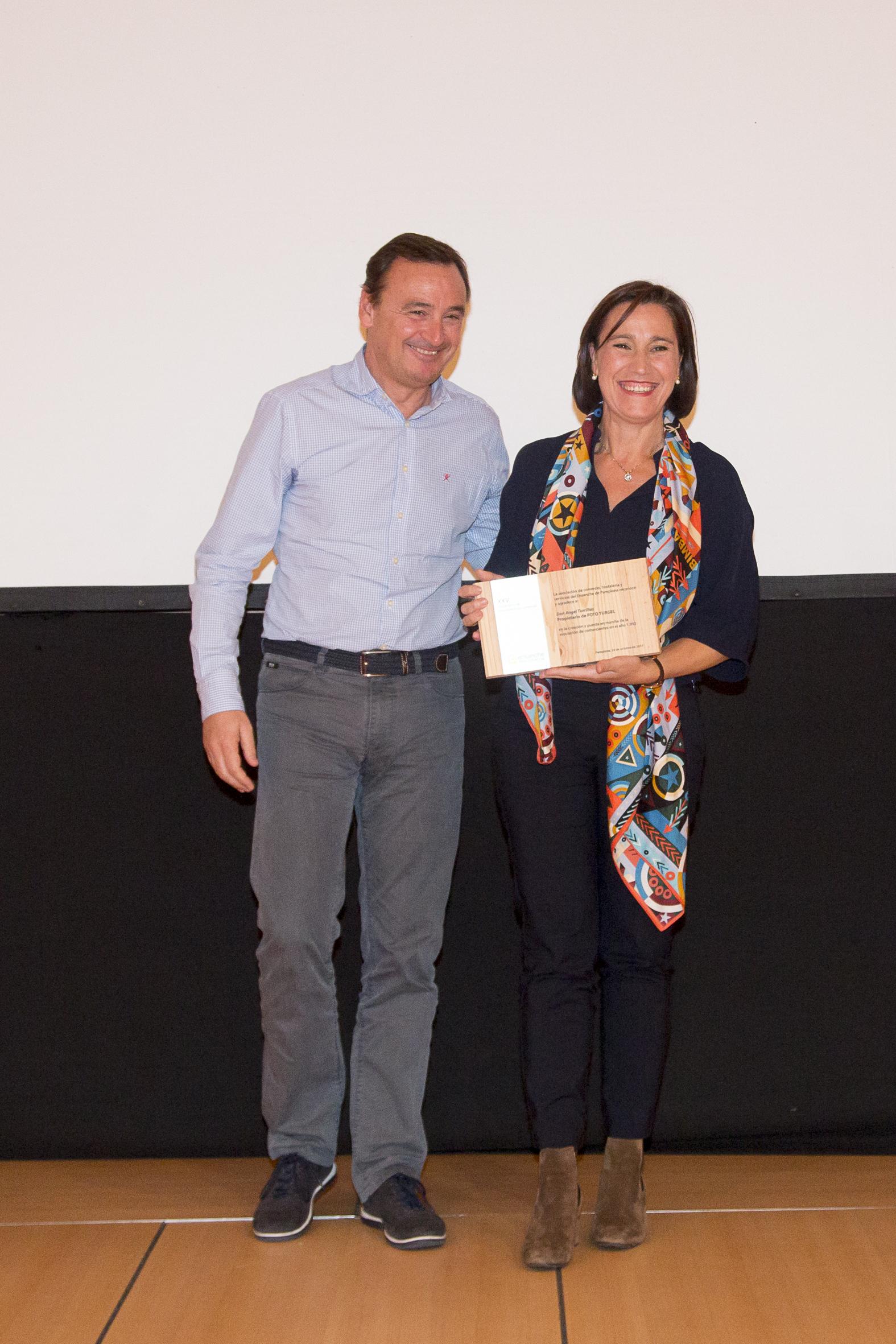 Laura Turrillas, hija de Ángel Turrillas, ya fallecido recoge el reconocimiento de manos de Celso Clariana, presidente de la asociación de 2007 a 2011.