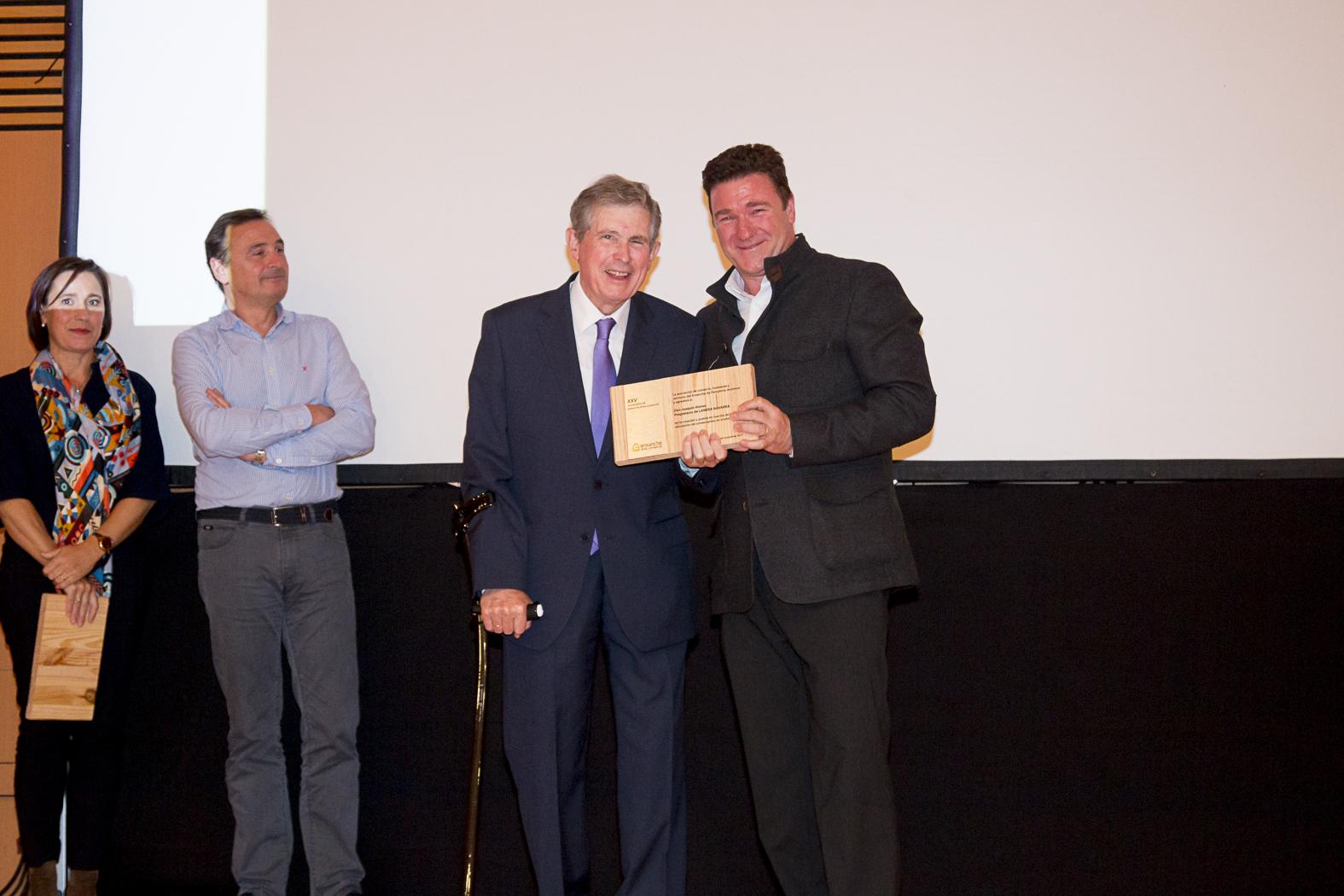Joaquín Alonso recoge el reconocimiento de manos de Oscar Turrillas, presidente de la Asociación en 2012.