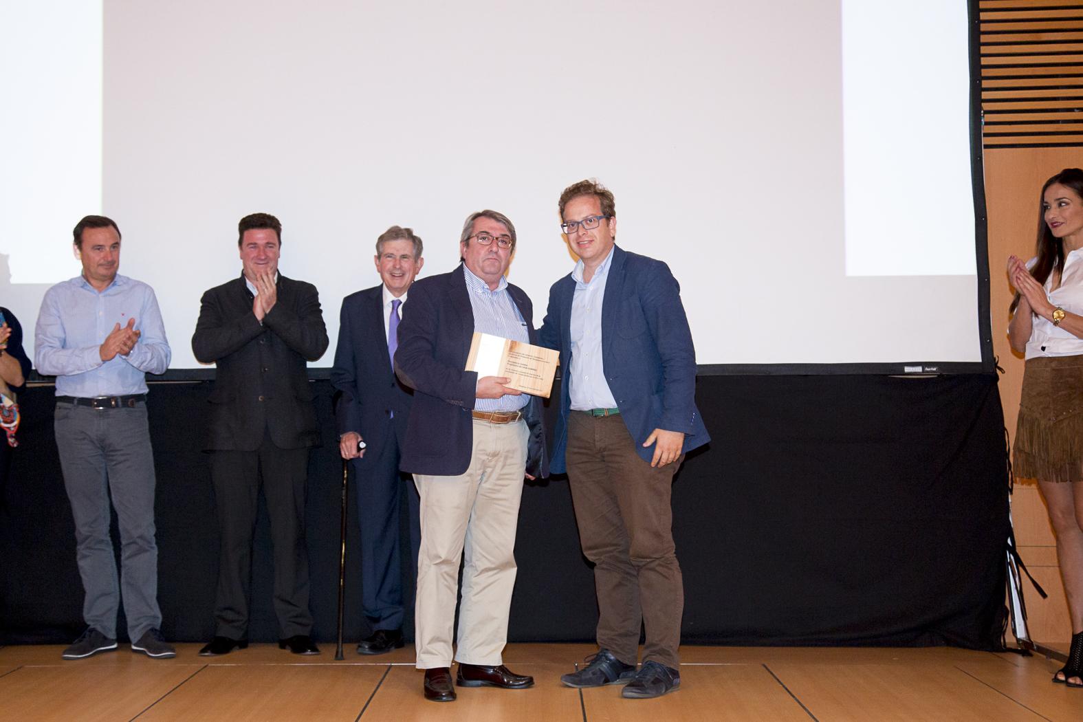 Iñaki Cambra recoge el reconocimiento de manos de Jesús Lorenzo, presidente de la Asociación en 2013.