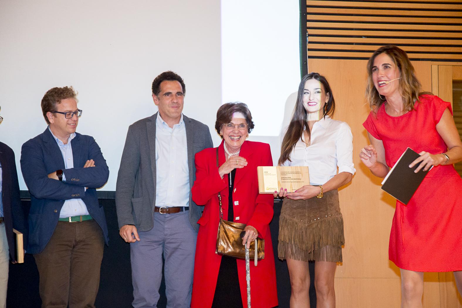 Rosa Aldaz junto a su hijo Mikel Manterola, recibe el reconocimiento de manos de Araceli Rodríguez, presidente de la Asociación desde 2014 hasta la actualidad.