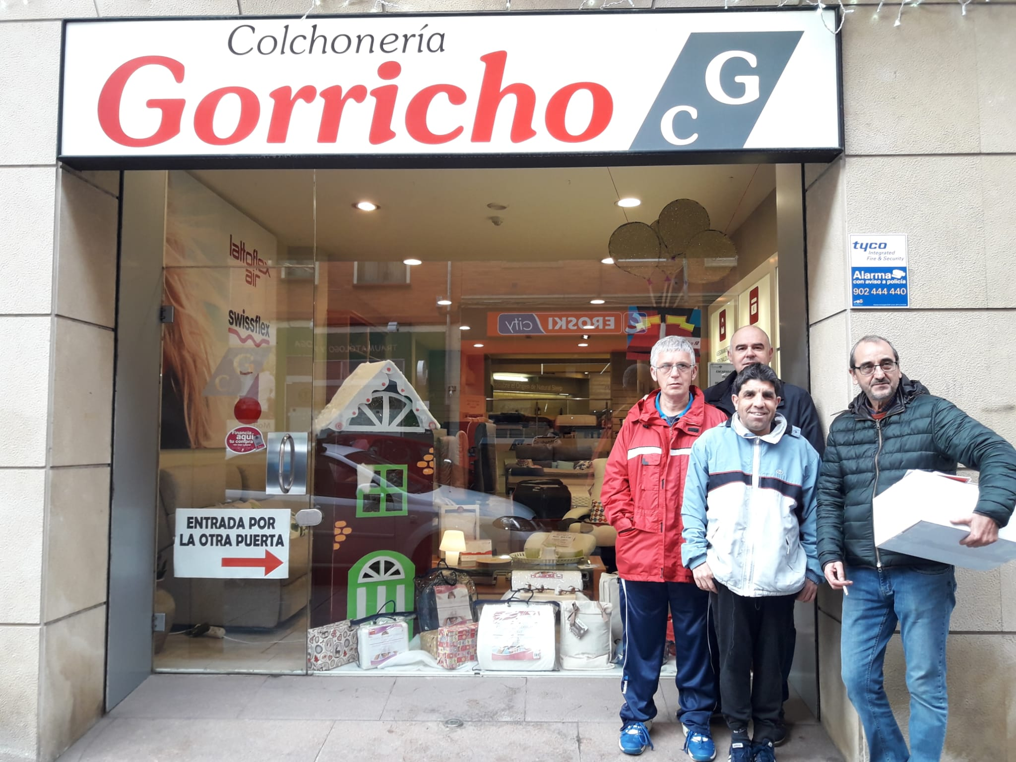 Colchonería Gorricho - C/ Tafalla, 26. Ángel y Javier acompañados de José y Josean, responsables de Terapia Ocupacional del centro.
