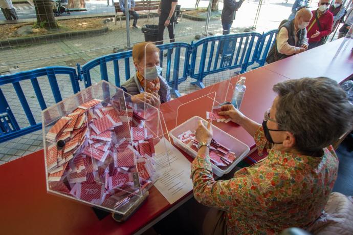 La primera clienta en comprar su boleto en la tómbola del Paseo Sarasate de Pamplona, que llega cargada de novedades este año.